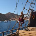 Реи, мачты - это настоящий пиратский корабль