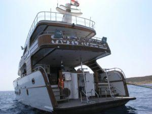 После батискафа эта яхта повезёт Вас вдоль всего Дахаба