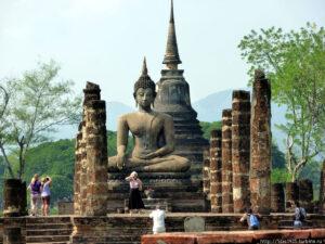 Сохранившиеся статуя Будды и центральная ступа в храме Ват Махатат