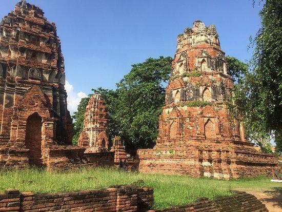 Разрушенные пагоды храма Ват Махатат