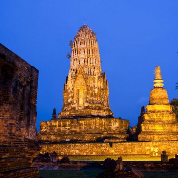 Храм Ват Ратчабурана, вид ночью.