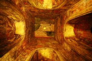 Храм Ват Ратчабурана, расписанные своды нижнего этажа