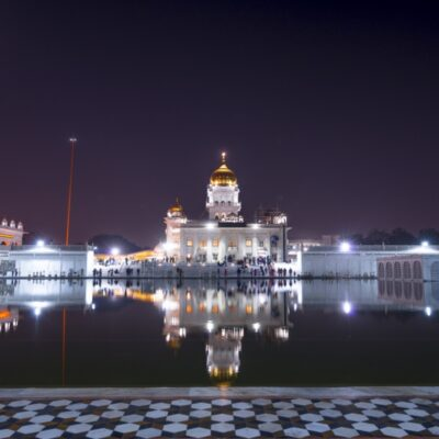 Храм Гурудвара Бангла Сахиб ночью