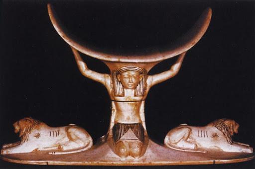 Древняя статуэтка бога Шу, который держит небо и повелевает львами